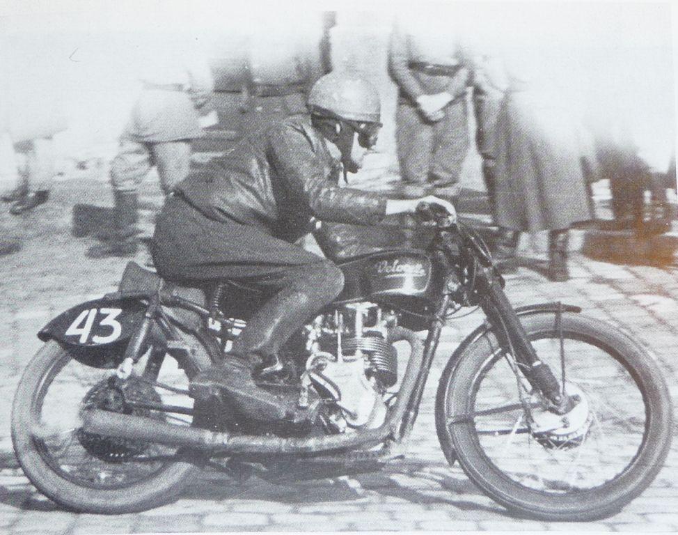 1952-ben 350-e KKS Velocette motorjával sorra nyerte a háztömb körüli versenyeket