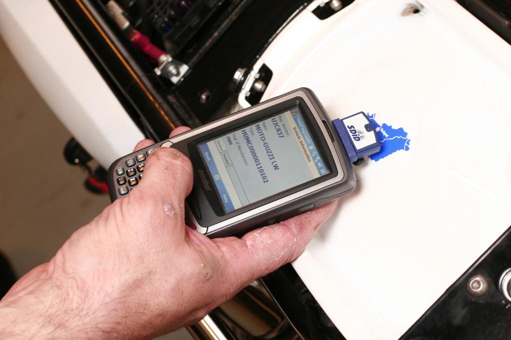 Az erre alkalmas készülékkel (ami akár mobiltelefon is lehet) leolvashatók a motor chipkártyán tárolt adatai