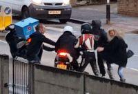 Megrázó felvétel - járókelők akadályoztak meg a motorlopást