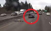 Csomagtartón ülve folytatta útját az autóval karambolozó motoros