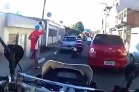 Brazil motoros rendőr nem mindennapi akciója