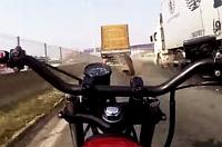 Ezért (is) veszélyes teherautók közelében motorozni