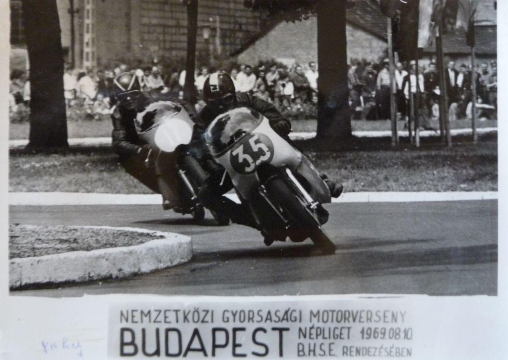 Akkoriban hatalmas tömegek látogattak ki a motorversenyekre. Ez a pálya a Népligetben volt kijelölve